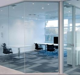 Преимущества и недостатки стеклянных перегородок в офис