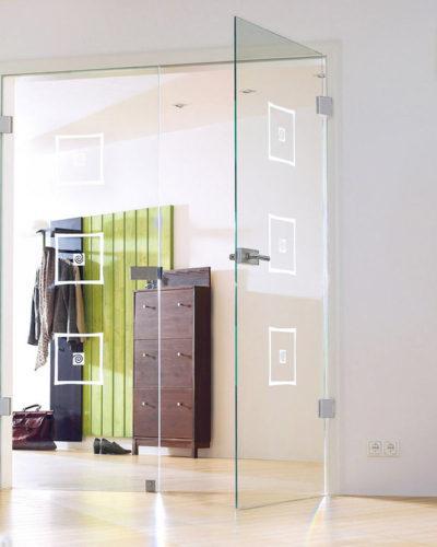 Распашная дверь из прозрачного стекла