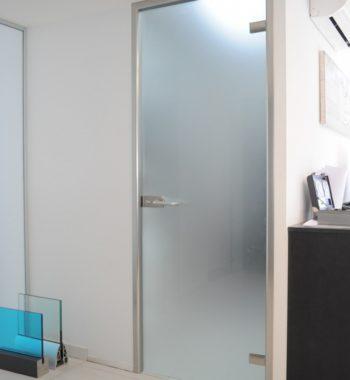 Распашная дверь из матового стекла
