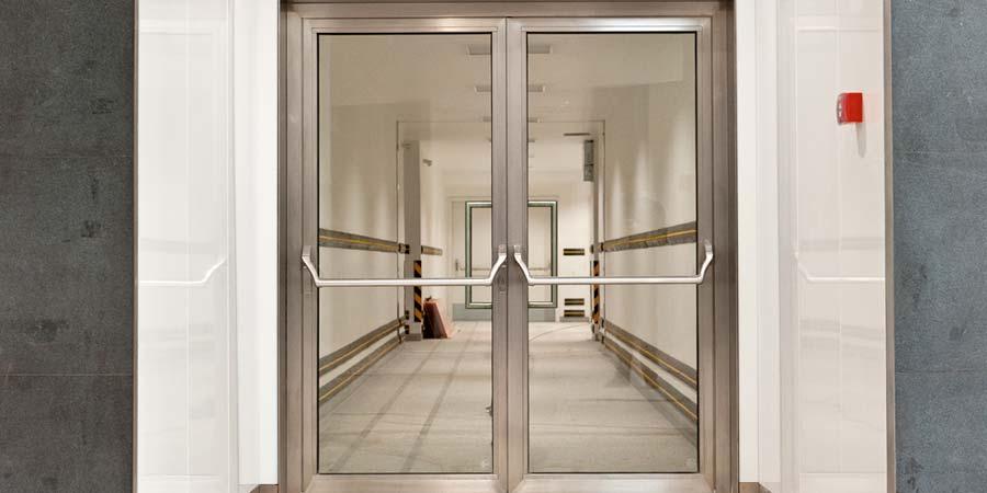 Маятниковая дверь из стекла
