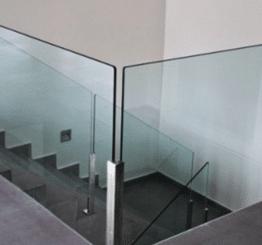 Стеклянные лестницы и ограждения — новое слово от компании