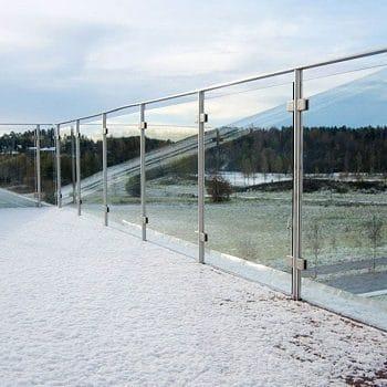 Ограждение из нержавеющей стали со стеклом на зажимных держателях