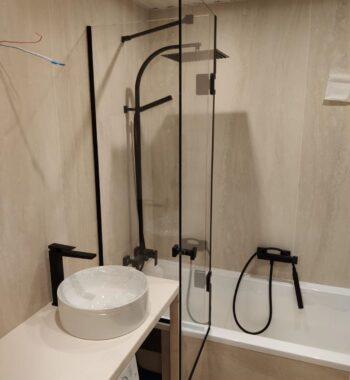 Проект «Экран на ванну из стекла в черной фурнитуре»