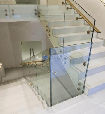 Стеклянное ограждение лестницы в профиле