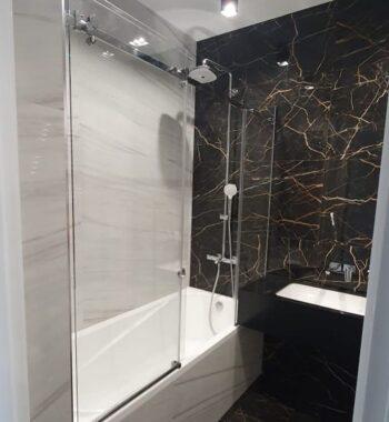 Проект «Экран на всю длину ванны из бельгийского закаленного стекла флоат AGC 8 мм с раздвижной системой + стеклянные полочки»